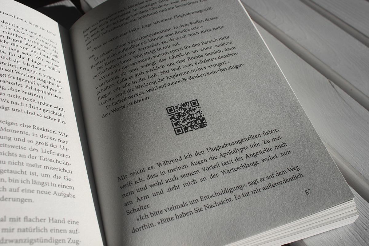 QR-Codes verlinken zu Videos. Der Text wurde gesetzt in der Minion Pro.