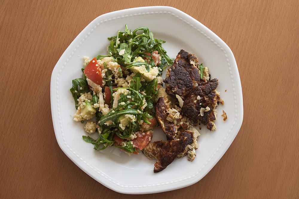 Rucola-Avocado-Hirse-Salat mit Rührei