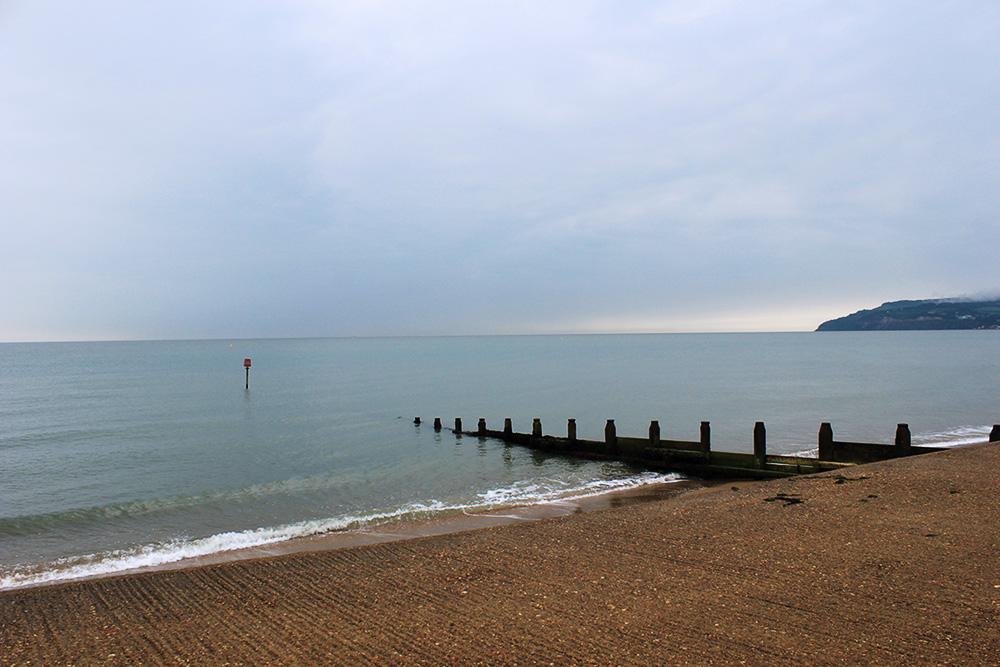 Der Strand von Sandown bei Flut an einem regnerischen Tag.