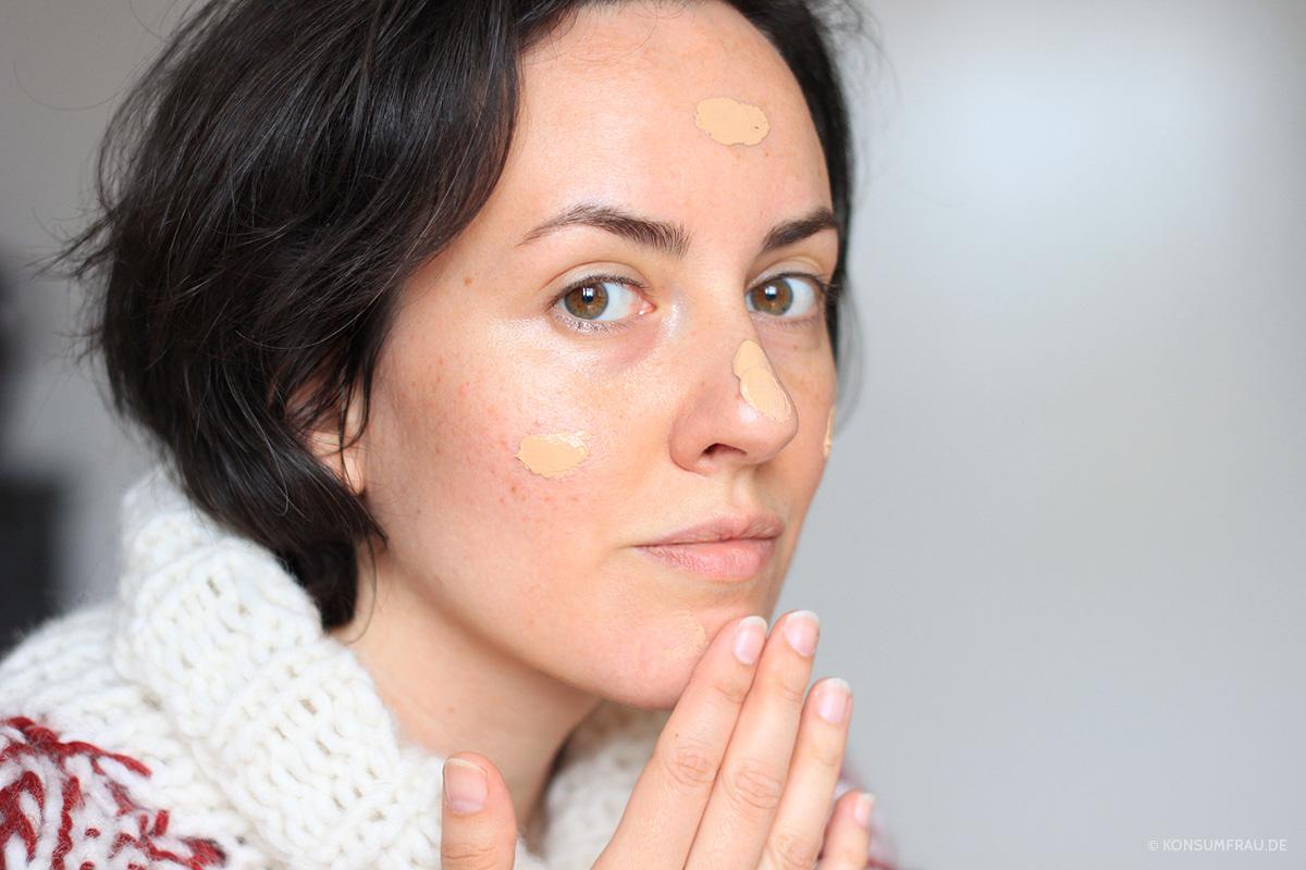 Mein Gesicht ohne Schminke zeigt flächige und punktuelle Pigmentflecken, Rötungen und kleine Unreinheiten auf den Wangen. Ein Pumpstoß der Lily Lolo BB Cream reicht für mein Gesicht aus.