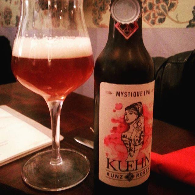 Im Weinlokal Bier aus'm Weinglas trinken. Weil's geht. #kuehnkunzrosen #ipa #mystiqueipa