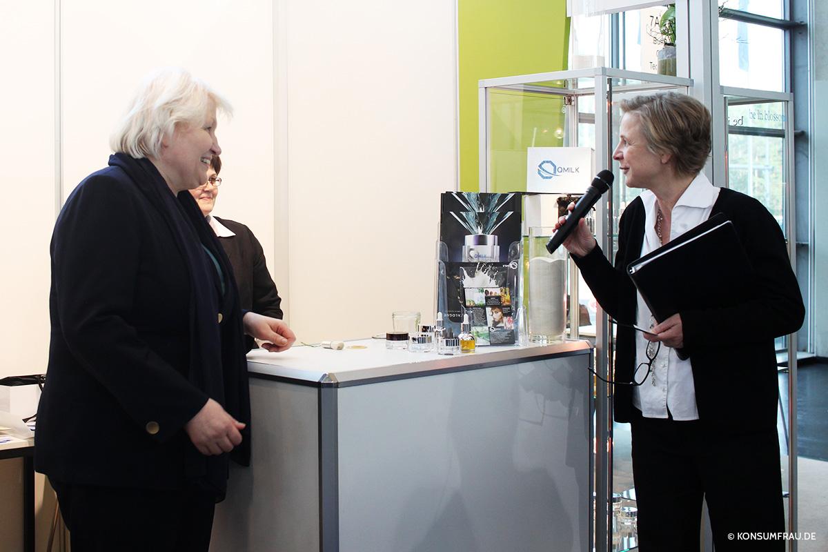 Unsere Blogger-Rundgang-Führerin Beate Vogel (rechts) im Gespräch mit Ines Klinger vom QMILK-Entwicklungsteam