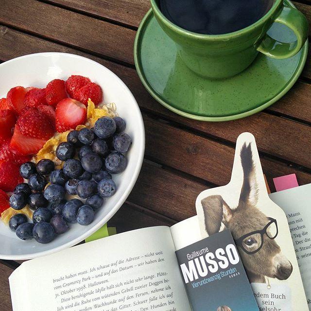 Sonntagsfrühstück. Beim Essen lesen gehört sich nicht? Na, und ob! Hab schließlich nicht viel Zeit beim #vierundzwanzigstunden #leseevent mit @lovelybooks.de #twitter