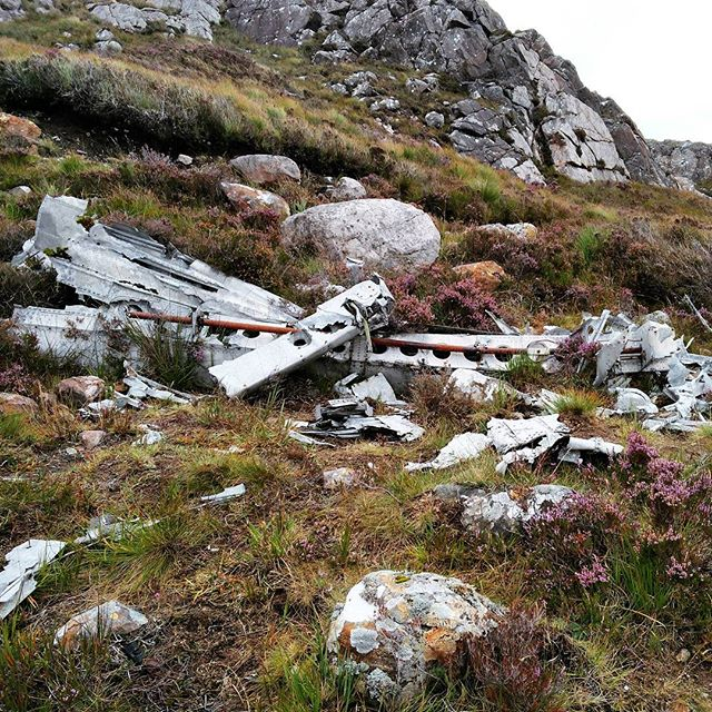 (1/2) It's creepy to think of the 15 young Americans, that lost their lives here in an aeroplane crash on June 13th in 1945. Just on their way home, after surviving World War II. #fairylochs #fairylochscrashsite