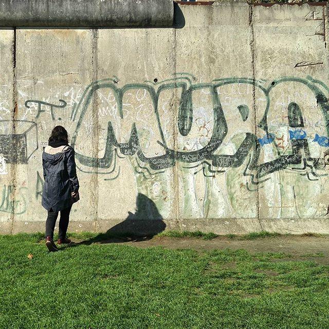 Happy Tag der deutschen Einheit! Heute laufen wir zur Abwechslung mal mit dem Kopf durch die Wand! #berlin #mauer