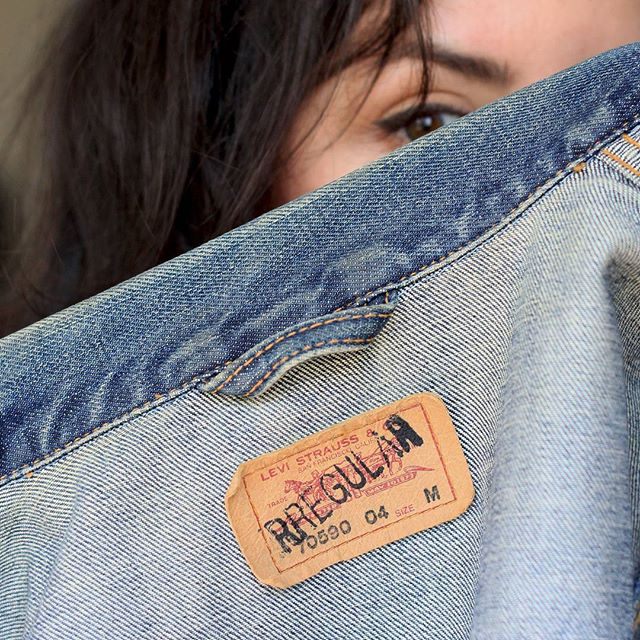 It's #fashionrevolutionweek and I'm asking @levis again #whomademyclothes  I bought this irregular #levis jacket second-hand, another simple way to extend the life of a piece of clothing. #fashionrevolution #haulternative #slowfashion #secondhand