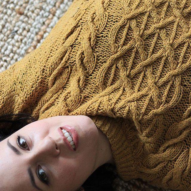 random selfie in herbstlichem senf #goldeneroktober #knittedbyme #fairfashion #sustainablefashion